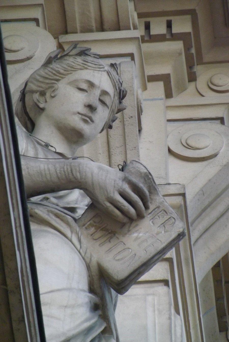 plaais académique statue façade